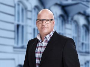 Niels-Horup-med-V-baggrund_final_bred