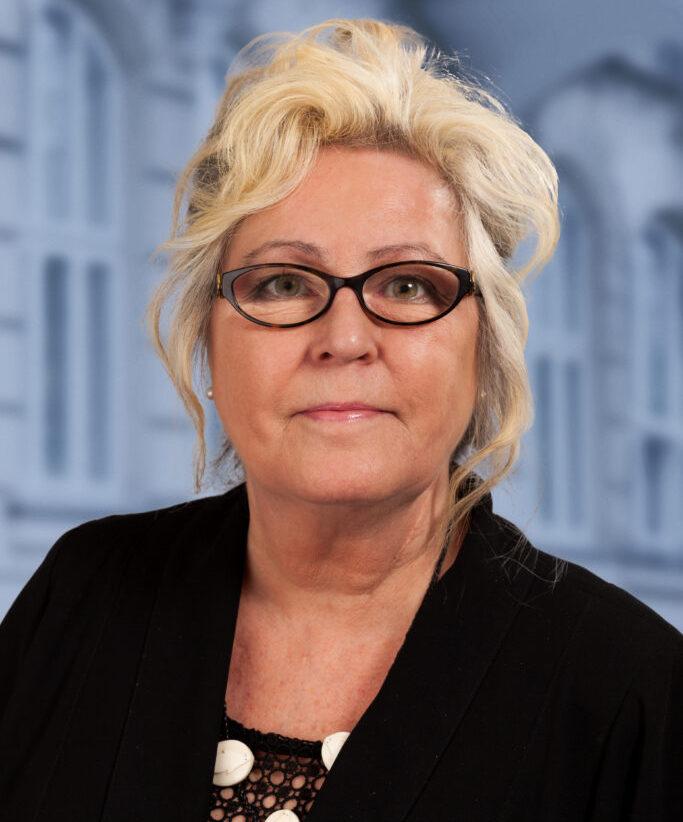 Dina-Oxfeldt-med-V-baggrund-683x1024