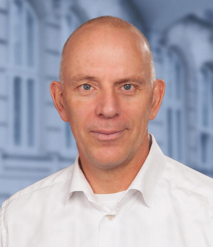 Ivar-Haugaard-Hansen-med-V-baggrund-683x1024